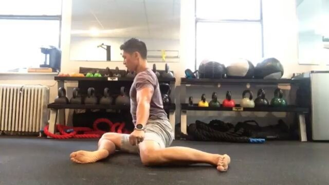 Another Functional Range Conditioning (FRC) drill by @physiostrengthnyc to open up your hips before paddling sessions or leg days in the gym. How I wish I knew about this during my dragon boating days! Long practices with your hips and legs braced in the same position for a couple of hours can make you feel all sorts of tight. I love this mobility sequence as it addresses external rotation range of motion in one hip with simultaneous internal rotation in the other. Transition from one position to the next under CONTROL. No matter how you use your legs to brace yourself in a dragon boat, giving your hips more rotational degrees of freedom will help you apply power. And the more your legs can comfortably tolerate long durations of sitting in an OC, kayak, shell or single scull, the more pain-free training you'll endure. Stay tuned for more paddling-related rehab, training and injury prevention content!